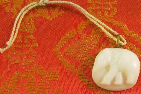 Vintage WHITE ELEPHANT Pressed Glass Charm