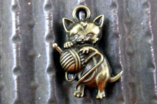 Antiqued Bronze Kitty Cat & Yarn Charm
