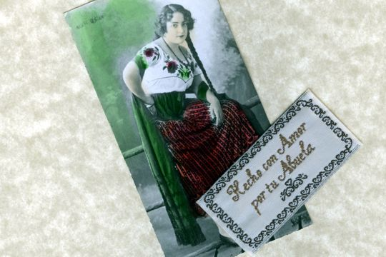 Hecho Con Amor Por tu Abuela - Old Stock Iron-On Label (Made with Love by your Grandmother)