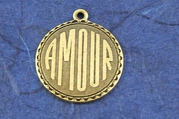 Vintage-Style Charm: Amour - in Oxidized Brass (Golden)