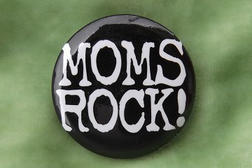 Moms Rock! - Pin Back Button